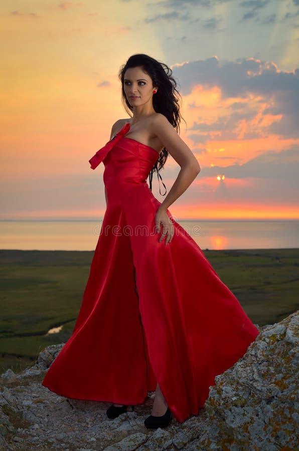 Piękna kobieta przy zmierzchem/wschód słońca zdjęcia royalty free