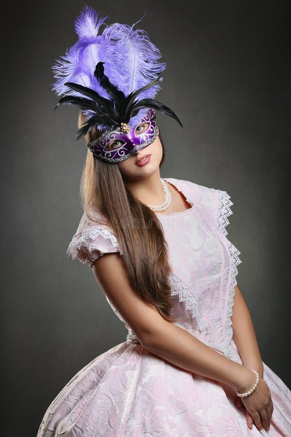 Piękna kobieta przygotowywająca dla Wenecja karnawału obraz stock