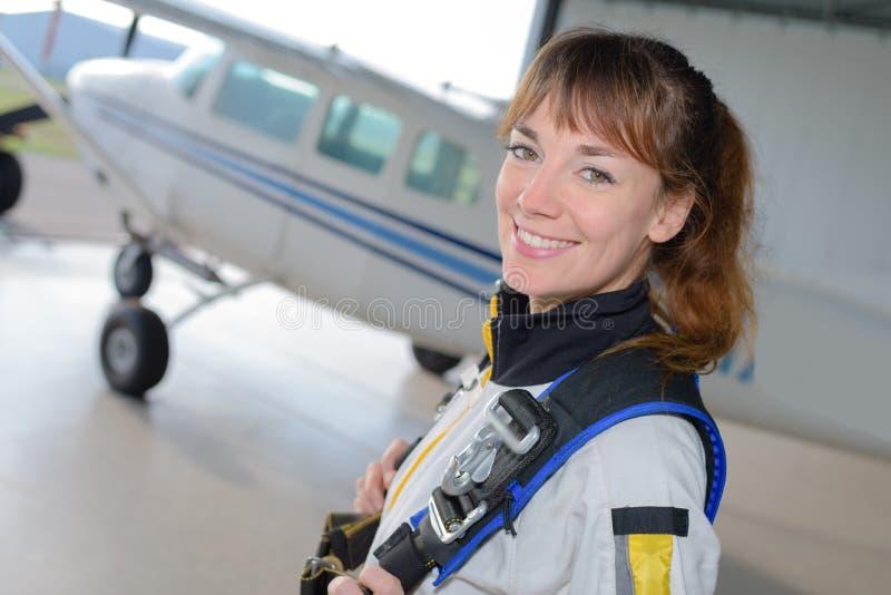 Piękna kobieta przygotowywająca skydiving obrazy royalty free