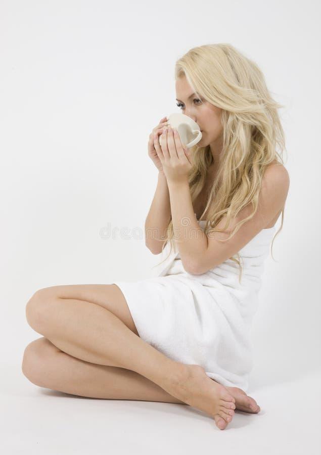 piękna kobieta ręcznikowa zawinięte sippi young obrazy stock