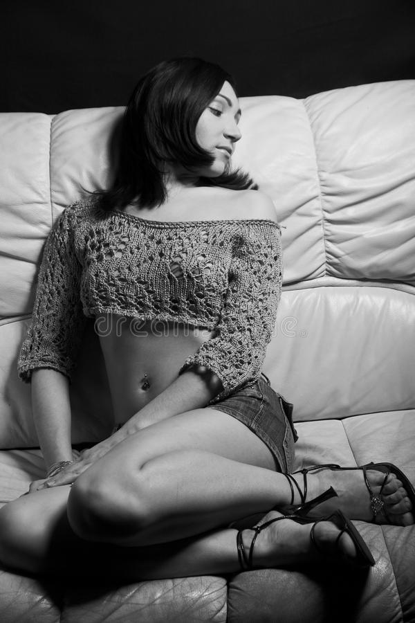 Piękna kobieta relaksuje na białej kanapie fotografia royalty free