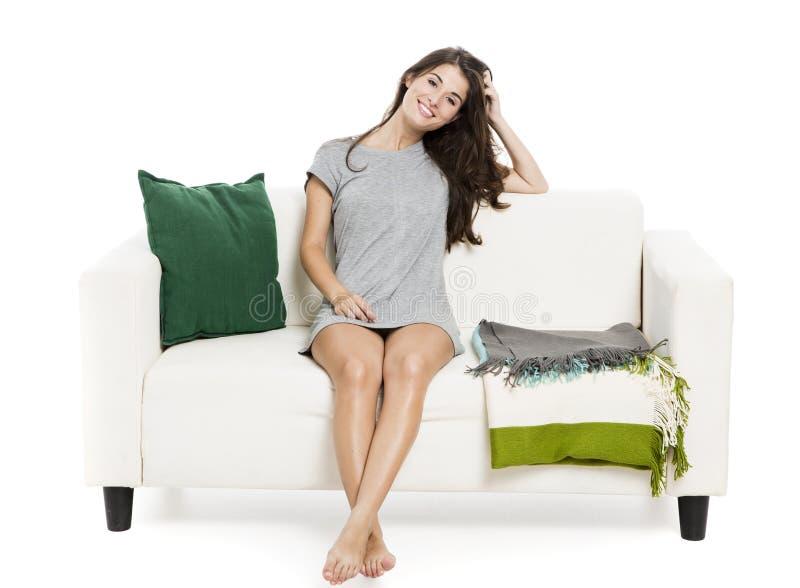 Piękna kobieta relaksuje na kanapie obrazy royalty free