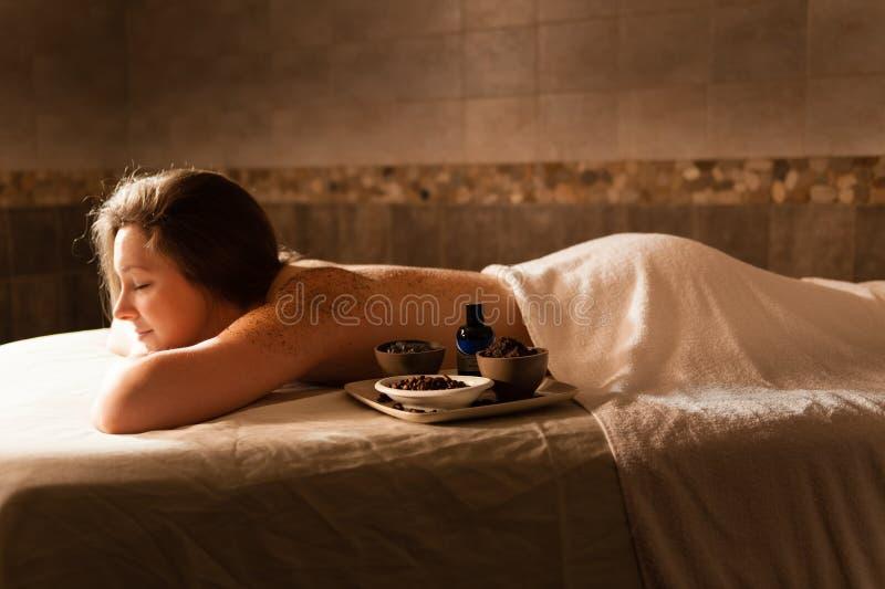 Piękna kobieta relaksuje na masaż zakładce w zdroju fotografia stock