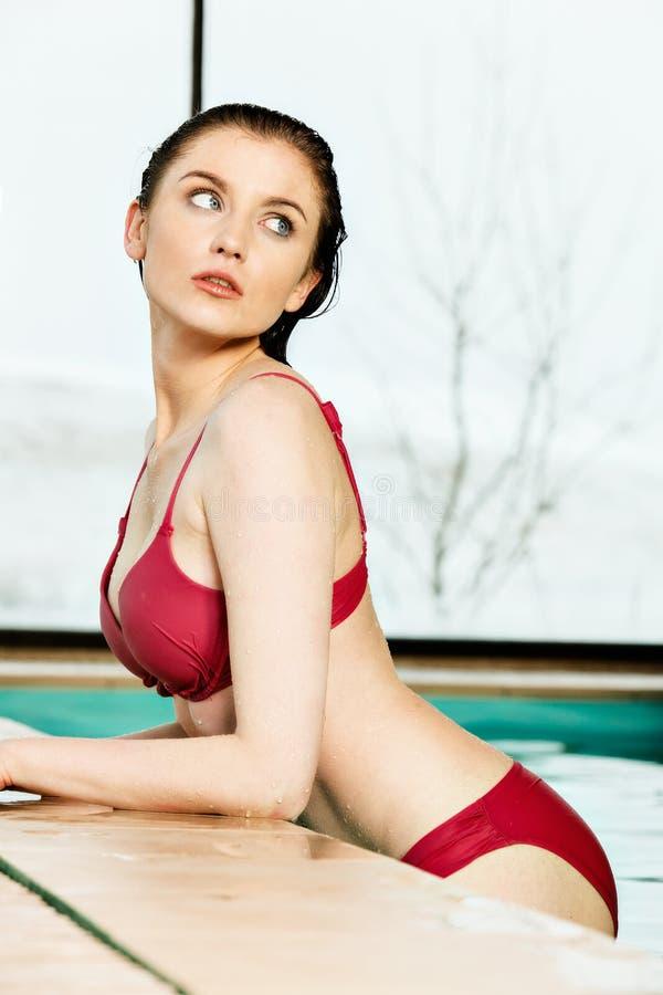 Piękna kobieta relaksuje w basenie zdjęcia stock