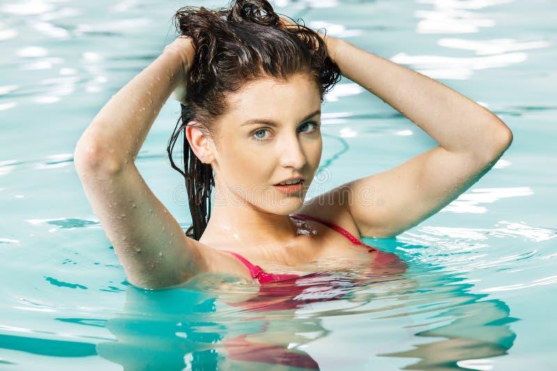 Piękna kobieta relaksuje w basenie fotografia royalty free