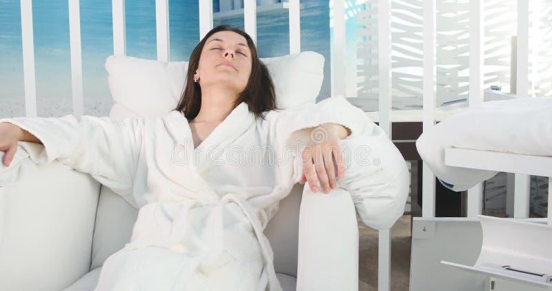 Piękna kobieta relaksuje w bathrobe w zdroju salonie zdjęcia stock