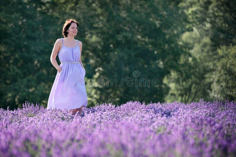 Piękna kobieta relaksuje w lawendy polu zdjęcia royalty free