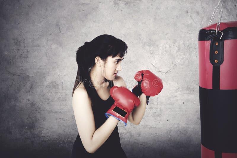Piękna kobieta robi ćwiczeniu z boksem obraz stock
