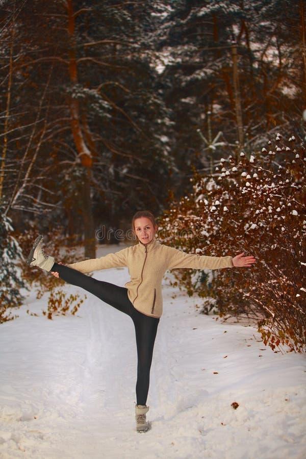 Piękna kobieta robi joga outdoors w śniegu zdjęcie stock