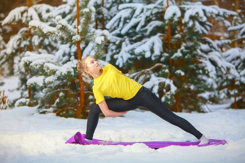 Piękna kobieta robi joga outdoors w śniegu obrazy stock