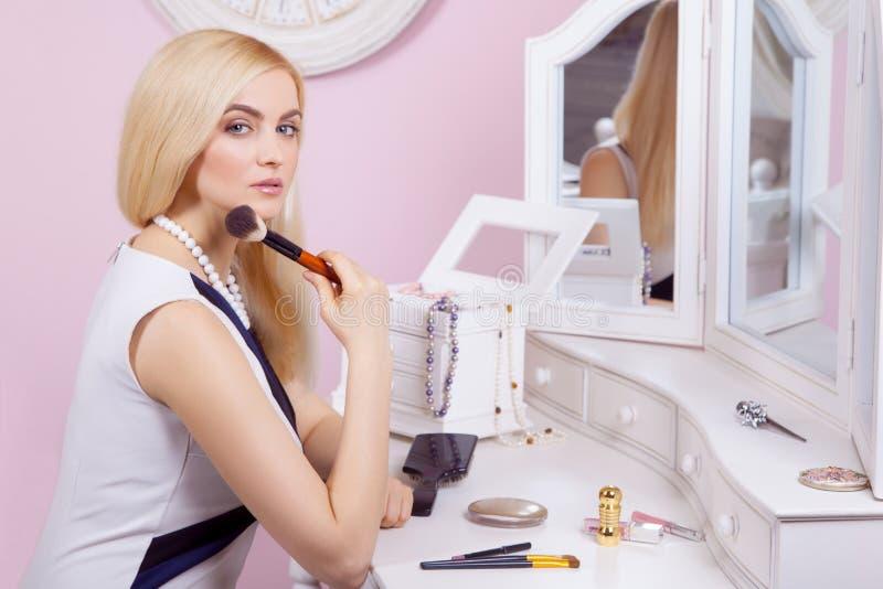 Piękna kobieta robi makeup przed lustrem zdjęcie stock
