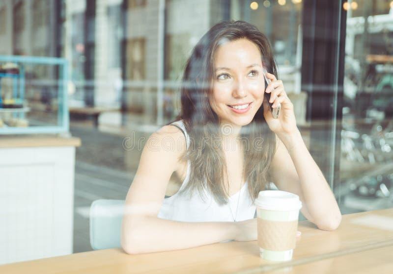 Piękna kobieta robi rozmowie telefonicza zdjęcie royalty free