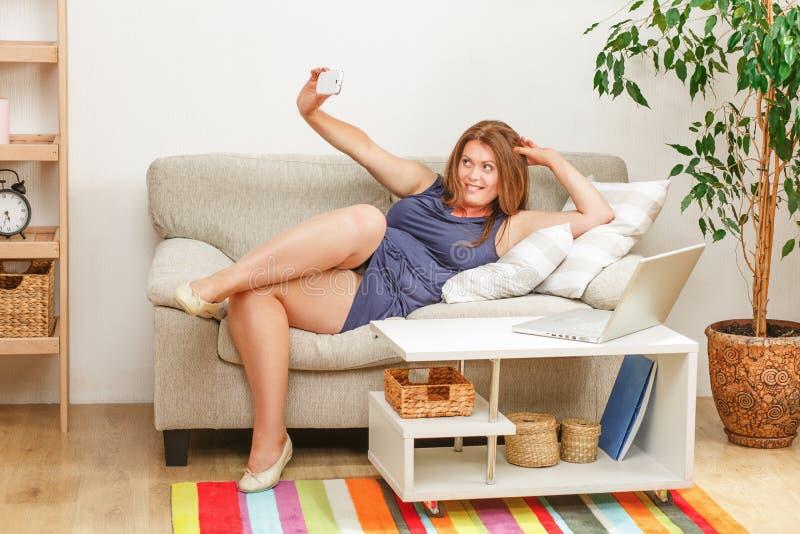 Piękna kobieta robi selfies w domu zdjęcia stock