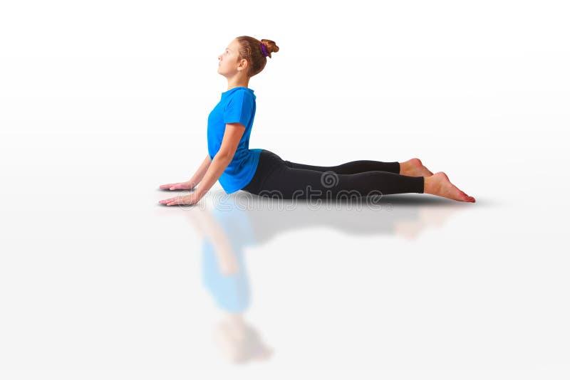 Piękna kobieta robi yoguna bielu tłu fotografia stock