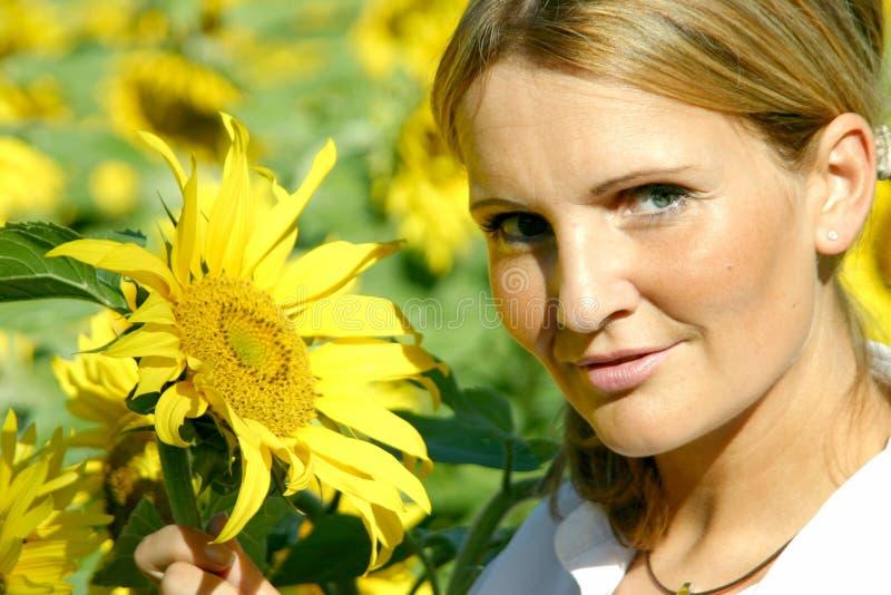 piękna kobieta słonecznikowa obrazy royalty free