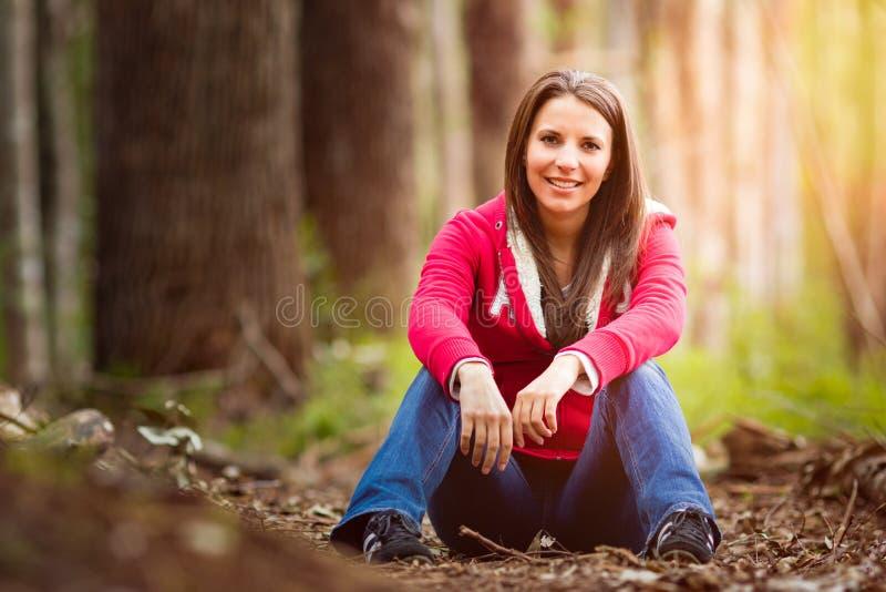 piękna kobieta siedząca obrazy royalty free