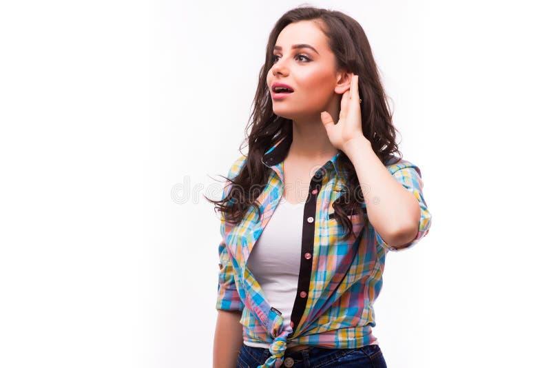 Piękna kobieta stawia rękę ucho słuchać lepiej zdjęcie royalty free