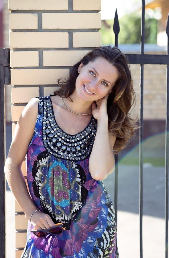Piękna kobieta stoi blisko ściana z cegieł w gogle, szczęśliwych, moda, jaskrawy słoneczny dzień fotografia stock
