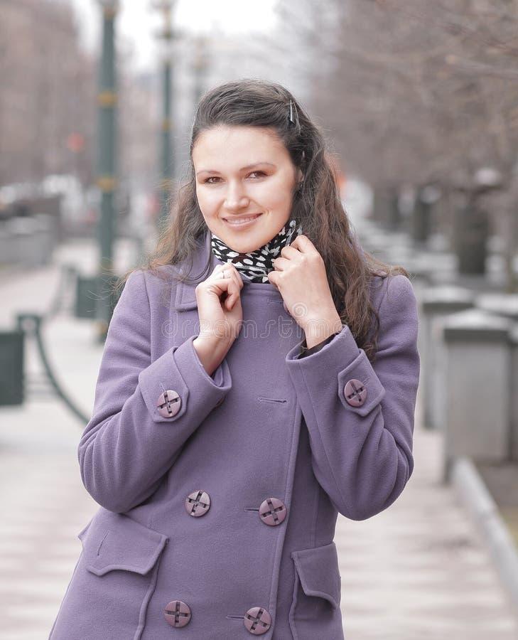 Piękna kobieta stoi na miasto ulicie na jesień dniu w przypadkowych ubraniach obraz stock