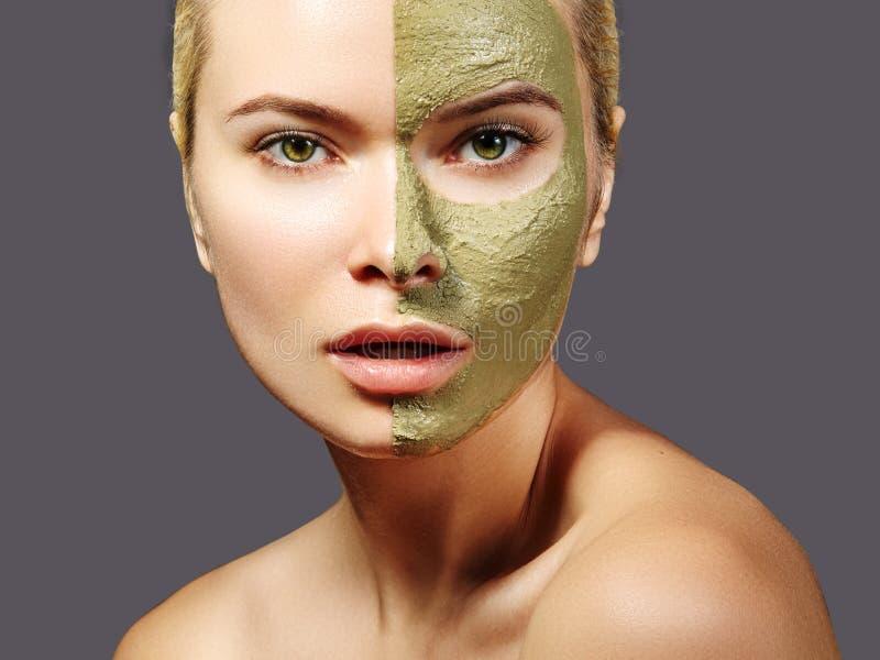 Piękna kobieta Stosuje Zieloną Twarzową maskę Piękno traktowania Zakończenie portret zdrój dziewczyna Stosuje Glinianą Twarzową m obrazy stock