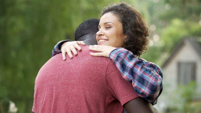 Piękna kobieta szczęśliwa widzieć jej ukochanego, długoterminowy rozdziela długo oczekiwany spotkania obraz stock