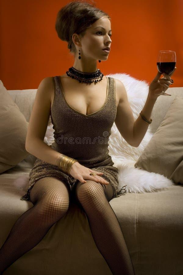 piękna kobieta szklana czerwone wino fotografia stock