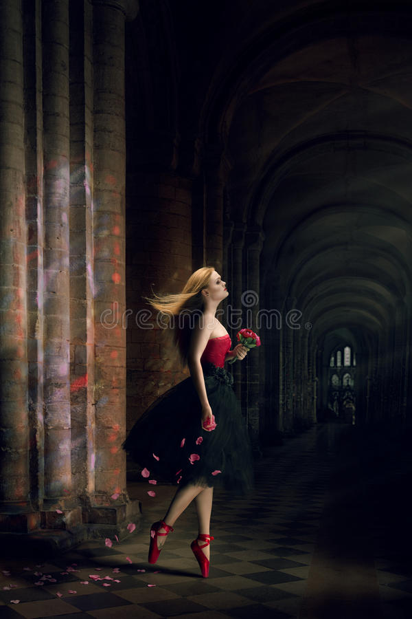 piękna kobieta tańcząca fotografia royalty free