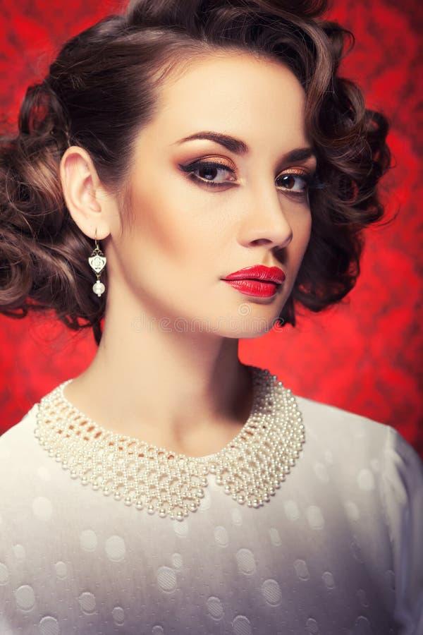 Piękna kobieta tonował wizerunek na rocznik czerwieni tle fotografia stock