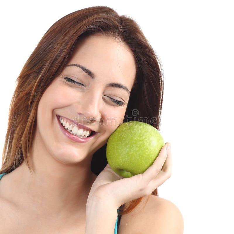 Piękna kobieta trzyma jabłka blisko do jej twarzy fotografia royalty free