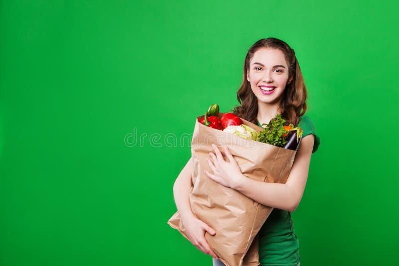 Piękna kobieta trzyma sklep spożywczy torbę pełno obraz royalty free