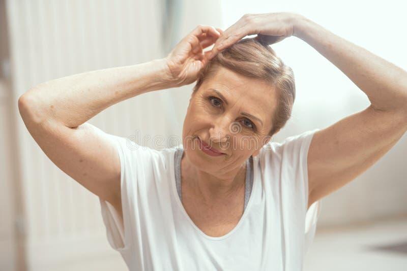 Piękna kobieta uśmiecha się joga ćwiczenie i robi obraz stock