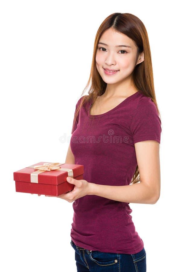 Piękna kobieta uśmiecha się prezenta pudełko i trzyma obraz royalty free
