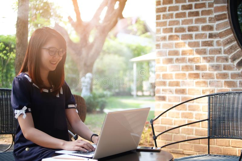 Piękna kobieta używał komputerowego laptop pracować z internetem, o zdjęcia stock