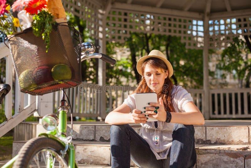 Piękna kobieta używa cyfrową pastylkę fotografia royalty free