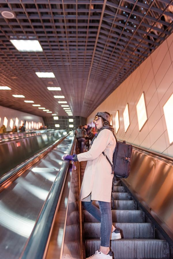 Piękna kobieta używa eskalator przystępować Marmaray pociąg zdjęcie stock