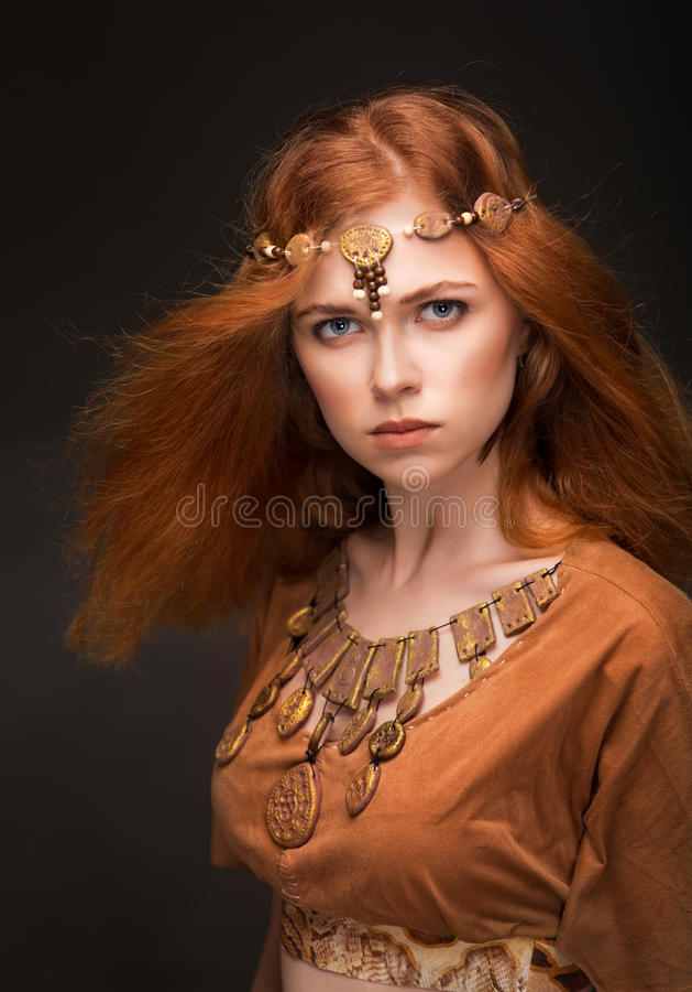 Piękna kobieta ubierająca jako amazonki zdjęcie stock