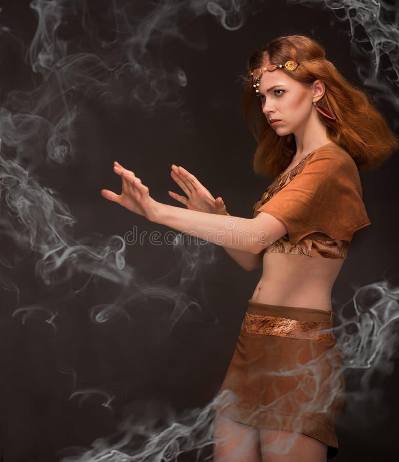 Piękna kobieta ubierająca jako amazonki zdjęcie royalty free