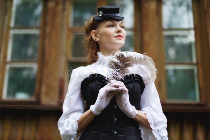 Piękna kobieta ubierająca w retro wiktoriański stylu fotografia stock