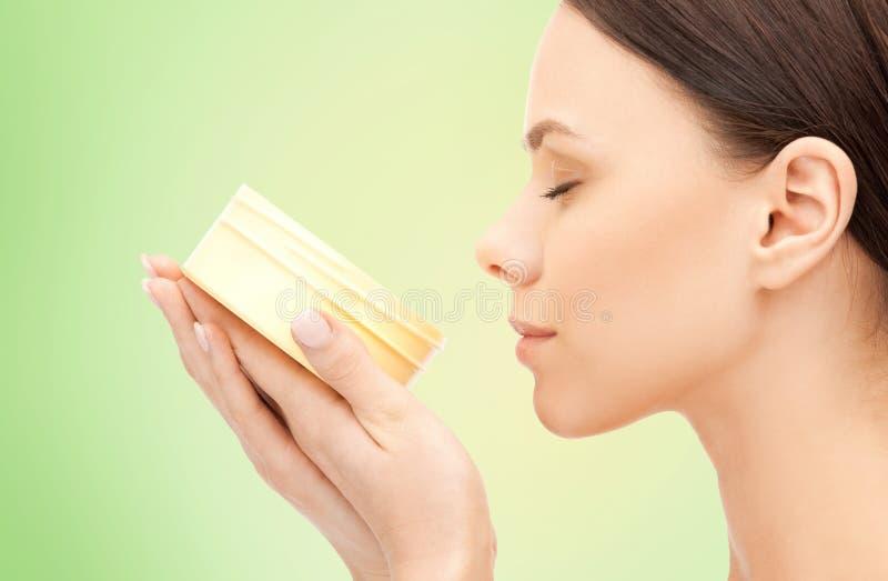 Piękna kobieta wącha nawilżanie śmietanki aromat zdjęcia royalty free