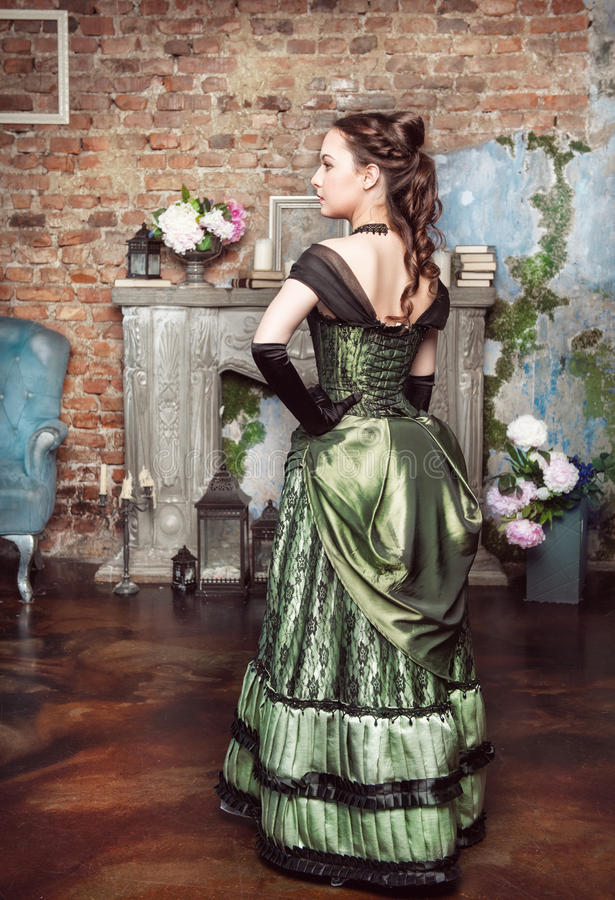 Piękna kobieta w średniowiecznej smokingowej pobliskiej grabie obrazy royalty free