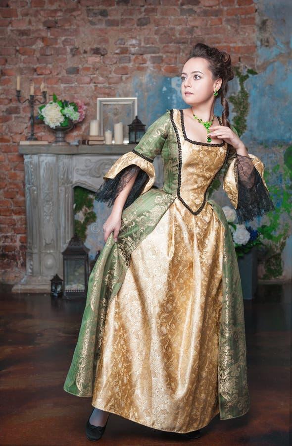 Piękna kobieta w średniowieczny smokingowy przestraszonym obraz royalty free