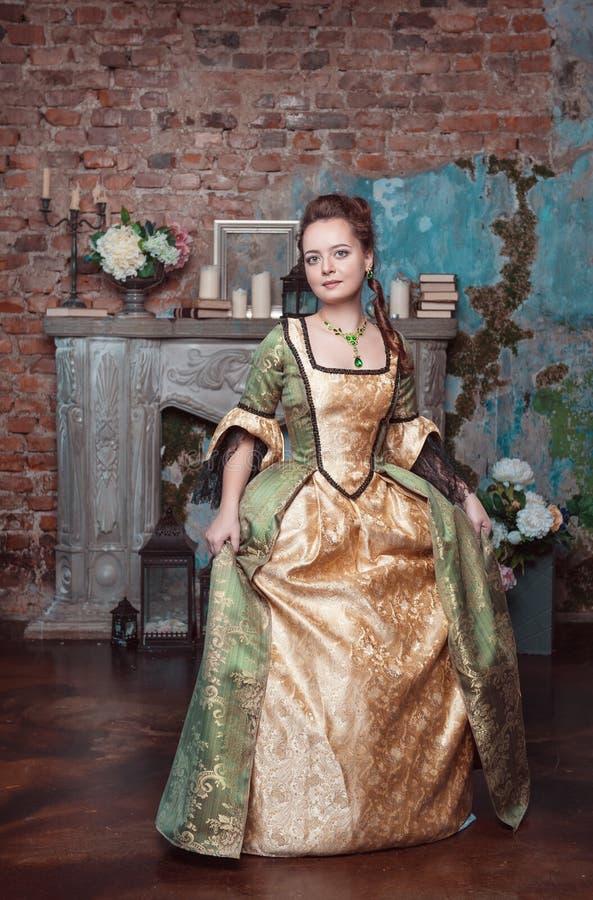 Piękna kobieta w średniowiecznym smokingowym robi dygu zdjęcie stock