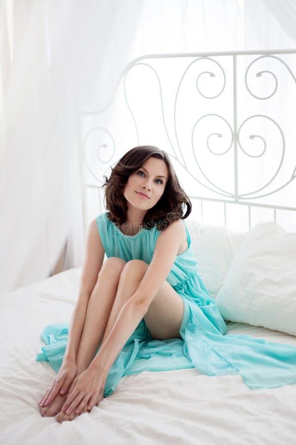 Piękna kobieta w błękit sukni zdjęcia royalty free