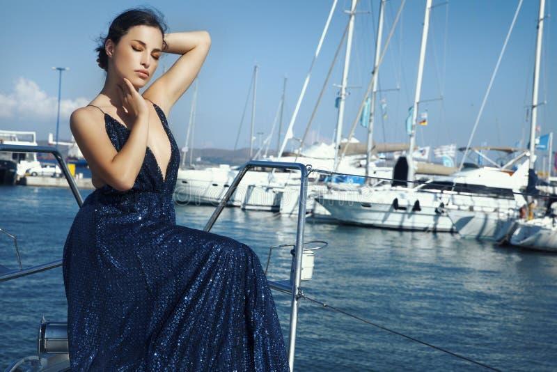Piękna kobieta w błyskotliwości sukni obraz royalty free