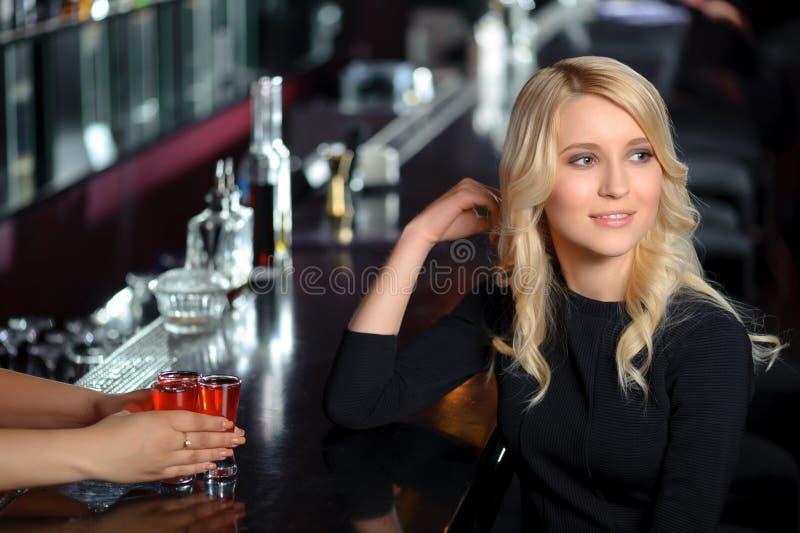 Piękna kobieta w barze fotografia royalty free