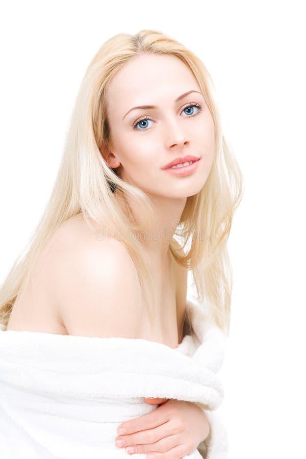 Piękna kobieta w bathrobe po dnia zdroju traktowania fotografia stock