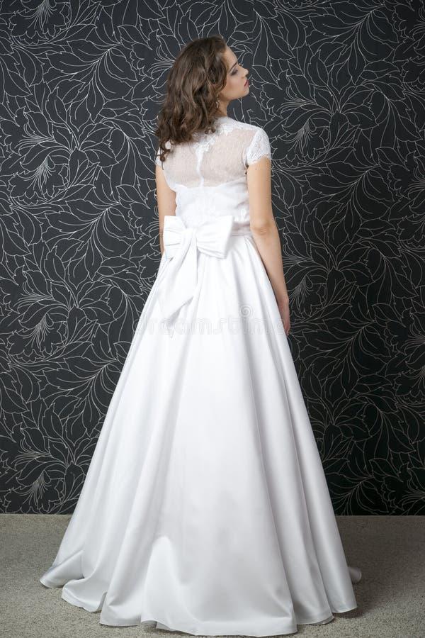 Piękna kobieta w białej ślubnej sukni z gorsecikiem zdjęcie stock
