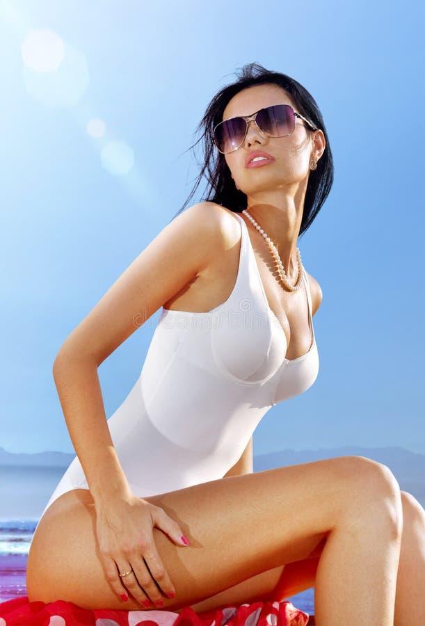 Piękna kobieta w białym pływackim kostiumu obraz stock