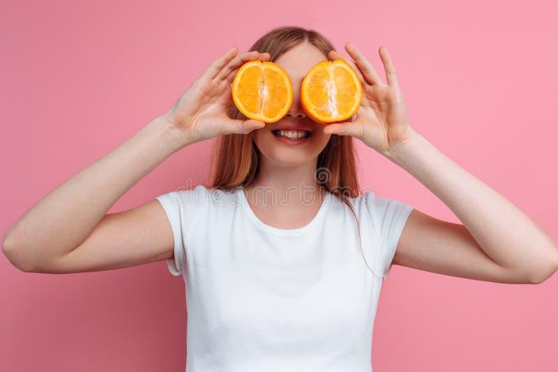 Piękna kobieta w ciąży z pomarańczową owoc fotografia royalty free