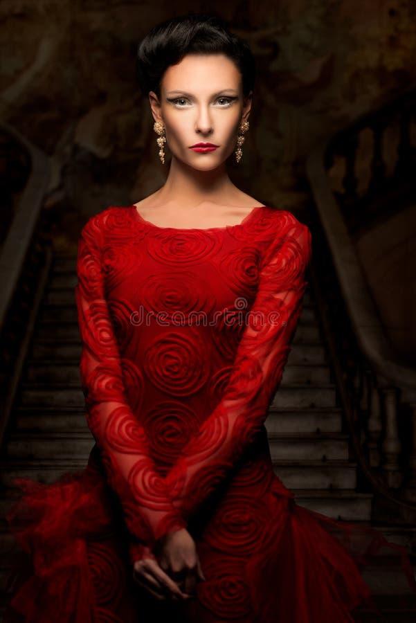 Piękna kobieta w czerwieni sukni zdjęcia royalty free